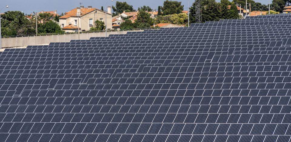 Vue partielle de la ferme solaire. Au fond l'étang de Berre. Suivi de chantier de la reconversion de la plateforme de la Mède. La Mède France Juin 2018.
