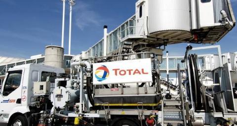 Camion de ravitaillement d'Avgasà l'aéroport  Total Aviation